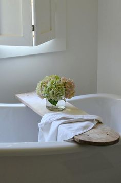 I see these old ironing boards for sale all the time. What a great idea.   DIY: Wooden Ironing Board as Bath Tray
