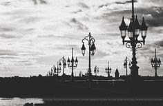 Lampadaires sur le pont de pierre. Bordeaux, France  Françoise Rachez Photographie