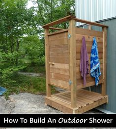 DIY wooden outdoor shower - perfect for off-grid cabins or on the farm .DIY wooden outdoor shower - perfect for off-grid cabins or on the farm . Outdoor Pool Shower, Outdoor Shower Enclosure, Outdoor Toilet, Outdoor Baths, Outdoor Bathrooms, Outdoor Kitchens, Douche Camping, Cottage Showers, Outdoor Spaces