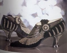 Flapper shoes, 1925 <<< Even their shoes have a beaded fringe, it's awesome! 20s Fashion, Moda Fashion, Fashion History, Art Deco Fashion, Fashion Shoes, Vintage Fashion, Fashion Women, Vintage Accessories, Fashion Accessories