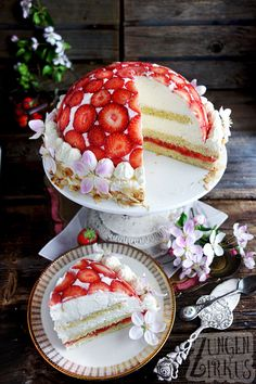 Strawberry Charlotte / Dome cake with strawberries - tongue circus-Erdbeer-Charlotte / Kuppeltorte mit Erdbeeren – Zungenzirkus Strawberry Charlotte / Dome cake with strawberries – tongue circus - Easy Strawberry Desserts, Cool Whip Desserts, Strawberry Cakes, Summer Dessert Recipes, Dessert Cake Recipes, Easy Cake Recipes, Easy Vanilla Cake Recipe, Chocolate Cake Recipe Easy, Romantic Desserts