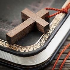 El termino maldiciones generacionales hace referencia a una antigua creencia religiosa, la cual sostiene que la presencia de enfermedades, situaciones y conductas repetitivas, dentro de una familia, obedece a un castigo divino