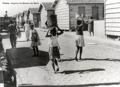 Mulheres com lata d'água na cabeça (Nova Holanda)