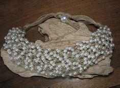 Collier Cascade noces champêtres de 52 cm, création unique et artisanale où la rusticité du lin contraste avec les perles synthétiques nacrées blanches. Naturel, très léger, élégant et original... Ce collier est envoyé présenté dans sa pochette en toile de jute.
