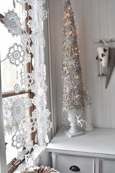 Snowflakes for Christmas Decoration; Add a Festive Spirit to Your Christmas House: Bright Interior Design Ideas Of How To Use Snowflakes In Winter Decor Ideas Finished In White Color White Christmas, Christmas Holidays, Christmas Crafts, Modern Christmas, Christmas Window Decorations, Holiday Decor, Snowflake Decorations, Family Holiday, Tree Decorations