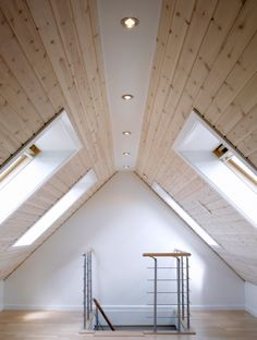 Get Inspired to take your man cave upstairs with these 25 stunning Loft / Attic Conversion and take your home design game to the next level. Attic Loft, Loft Room, Attic Rooms, Attic Spaces, Bedroom Loft, Attic Office, Attic Ladder, Attic Playroom, Attic House