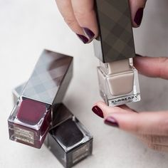 Gloss up your nails and get the perfect manicure withNail Polish by Burberry Beauty. The formula contains strengthening and moisturizing elements, including anti-oxidant pro-vitamin B5 and myrrh extract, to help protect and care for nails and prevent breakages. Please allow 7-10 days for shipping.