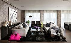 städtische wohnung-wohnzimmer design-rustikale ziegelmauer hochfloriger-teppich lamellenvorhang