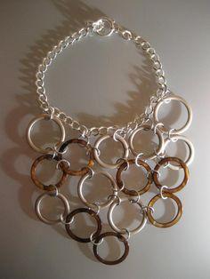 Collier plastron composée d'anneaux de nacre (Indonésie) anneaux de métal sans nickel (Europe)) chaîne et  fermoir anti-allergiques. Jewelry Accessories, Europe, Artwork, Design, Olympia, Mother Of Pearls, Jewelry Ideas, Lobster Clasp, Necklaces