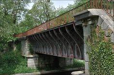 Le pont-rivière de l'Oudan en poutre-caisson a été construit en 1897 dans le département de la Loire. La rivière passe sur le canal latéral de Roanne à Digoin (très rare) il est situé à Roanne