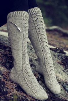 Ravelry: Naisen pitsineulesukat pattern by Minna Metsänen Wool Socks, Knitting Socks, Knitting Patterns Free, Free Knitting, Knitting Ideas, Free Pattern, Winter Socks, Mittens, Ravelry