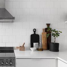 New blogpost. A stylists stylish home for sale! Trendenser.se (link in profile) #inredning #kök #köksstilleben #skärbrädor #stylistshome : @alvhemmakleri Styling: @elinkicken by trendenser
