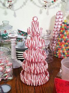 candy cane tree - via christmasnotebook Christmas Candy Cane Decorations, Candy Cane Crafts, Candy Cane Christmas Tree, Christmas Centerpieces, Diy Christmas Ornaments, Diy Christmas Gifts, Christmas Projects, Simple Christmas, Christmas Holidays