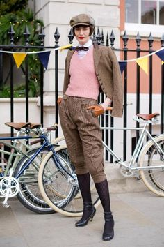 Tweed Run, I so would! Not the hair though, I'm not digging that Mehr Floral Fashion, Vintage Fashion, Fashion Design, Anjou Velo Vintage, Style Dandy, Style Board, Tweed Ride, Cycle Chic, Dapper Day