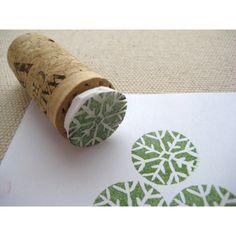 Une idée très simple qui pourrait donner des idées aux fans de scrapbooking avec ces tampons personnalisé avec une simple gomme ! Idée trouvée sur : leafandletterhandmade.blogspot.fr