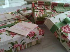 prendedores  para uso variado.  Caixas foram revestidas  com tecido compose nas cores rosa verde e fundo cru. Os prendedores seguiram as cores das caixas.