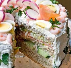 This Swedish Sandwich Cake Recipe is a total show stopper and you are going to love showing this off to your family and friends. Watch the video now. Subway Sandwich, Easy Smoothie Recipes, Easy Cake Recipes, Sandwhich Cake, Dessert From Scratch, Sandwiches, Norwegian Food, Scandinavian Food, Party Dishes