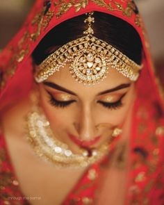 Simple to elaborated mathapatti ideas for this wedding season! Maang Tikka Design, Tikka Designs, Indian Wedding Bride, Indian Bridal, Head Jewelry, Wedding Jewelry, Bridal Jewellery Inspiration, Wedding Function, Indian Jewelry