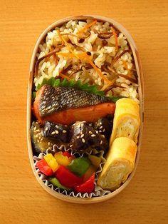 焼き鮭 茄子の味噌炒め 浅漬け ・パプリカ(赤/黄) ・ピーマン(緑) 玉子焼き 大葉 なめ茸と人参の炊き込みご飯