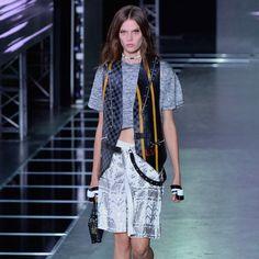 Pin for Later: Bei der Modenschau von Louis Vuitton gab's Taschen ohne Monogramm, dafür auf den Klamotten