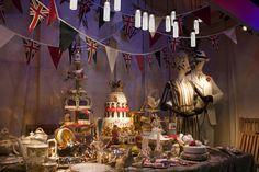 Harrods celebra el Jubilee de la Reina Isabel II  Harrods, el centro comercial por excelencia de Londres, decora sus escaparates para celebrar el Jubileo de Diamante de la Reina Isabel II.