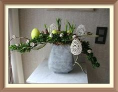 Photo by Erna Derden Easter Flower Arrangements, Easter Flowers, Arte Floral, Plant Hanger, Tablescapes, Easter Eggs, Projects To Try, Spring, Plants