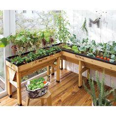 ベランダや狭いお庭で家庭菜園を。 土のない限られたスペースで寄せ植えや野菜の栽培ができるイギリス生まれの木製ガーデンプランター。初心者でも腰をかがめずにラクに作業ができる人気の大型プランターです。