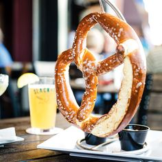 These homemade soft pretzels, just like the ones you'll find on the boardwalk of the Jersey Shore, pair great with a cold beer! Bretzel Recipe, My Dessert, Dessert Recipes, Pain Bagel, Salted Caramel Fudge, Salted Caramels, Bread Recipes, Amigurumi, Pastries