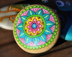 Galet peint à la main - Mandala bleu, rose, vert, orange, jaune / Hand painted pebble - blue, pink, green, orange and yellow mandala -    Modifier une fiche produit  - Etsy