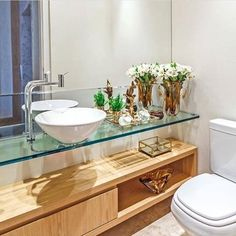 Banheiro decorado com bandejas e o conjunto de difusor e sabonete líquido de vidro fazem toda a diferença!