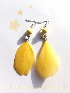 Boucles d'oreilles plumes jaunes, perles jaunes et blanches et breloques