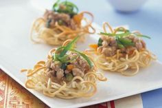 For fun finger food with a twist, make these mini noodle cups filled with Asian-style chicken mince. Oyster Sauce Chicken, Chicken Sauce Recipes, Chicken Meals, Slow Cooker Recipes, Crockpot Recipes, Cooking Recipes, 800 Calorie Meal Plan, Mango Chicken Curry, Just Cooking