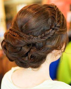 Tóc cô dâu đẹp với kiểu búi thấp và thắt bím xương cá | VOW Wedding