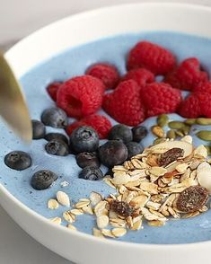 Amazing Scandinavian Living Room / Gray&White Comfort living Smoothie bowl healthy breakfast with blue spirulina, strawberry, banana and blueberry, desserts, cake recipes Fruit Smoothies, Healthy Smoothies, Smoothies Bowl Recipe, Smoothie Bowls Vegan, Smoothie Bol, Smoothie Menu, Blueberry Desserts, Blueberry Breakfast, Raw Breakfast