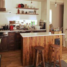 女性で、3LDKのアンティーク/フェイクグリーン/セリア/100均/男前/salut!…などについてのインテリア実例を紹介。「初投稿です。 色んな賃貸に住み、その都度間取りが違い、、収納に困り、DIYをするように。 カウンターを作り、カウンター裏に食器収納。今ではのびのび一軒家でもなじんでくれるようになりました! カウンター裏は単なる収納から、見せる収納へとはやがわりしてくれました! DIYは、おくがふかいですね!」(この写真は 2016-03-10 17:55:02 に共有されました)