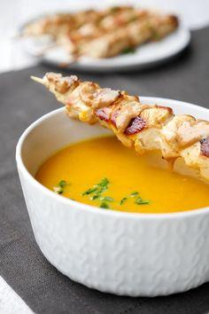 Mein leckere Kürbissuppe mit Kokosmilch wärmt die Seele, hat dank Möhren und Currypulver einen ganz wunderbaren Geschmack und istschnell gemacht.