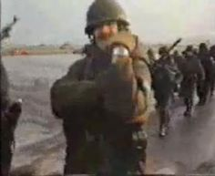 """A bad quality pic, but interesting. Argentine First Lieutenant (Tte. Federico Domínguez Lacreu, in rage for being filmed in the surrender, makes to the BBC camera a """"forearm jerk"""", a obsene gesture tipical from Argentina. Georgia, British Overseas Territories, Falklands War, My War, War Image, British Army, Rage, Military, Film"""