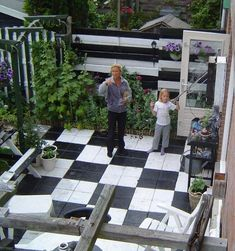 Foto: Grijze saaie stoeptegels verven met beton verf.. Geplaatst door sonniesmile op Welke.nl