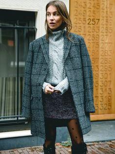 Manteau masculin oversize + mini jupe + gros pull = le bon mix