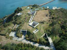 建築家の安藤忠雄氏が設計した「地中美術館」。上空から見てもその不思議な構造に魅了されます。もちろん中はわくわくするような空間と多くの芸術作品でいっぱい。一日かけてゆっくり見学したい美術館です。