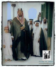 الملك عبدالعزيز آل سعود ويظهر عن يساره  الامير مشعل  بن عبدالعزيز ويظهر عن يمينه الامير نواف بن عبد العزيز - الطائف ( قصر خزام  عام 1940