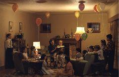 Jeff wall (1946) Fiction et mise en scène Ce phtographe n'hésite pas à travailler avec des acteurs pour réaliser ses compositions photographiques. Wall leur demandera de jouer un geste complet, il les filmera, avant de choisir l'instant photographique et de leur faire prendre la pose qui correspond dans la décomposition du geste et du temps à cet instant spécifique. Jeff Wall, A ventriloquist at a birthday party