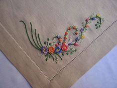 This Pin was discovered by Neş Machine Embroidery Thread, Embroidery Works, Silk Ribbon Embroidery, Fabric Ribbon, Hand Embroidery Designs, Embroidery Stitches, Embroidery Patterns, Diy Tassel, Brazilian Embroidery