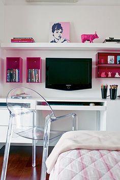 Para otimizar o espaço, escrivaninhas sem pé são uma ótima saída. A solução pode ser tampos de madeira que vão de uma extremidade do quarto a outra, ou um móvel inteligente que vá fixo a parede. Na Meu Móvel de Madeira, a Bancada Pequena Tate e a Escrivaninha Picture são dois exemplos de produtos perfeitos para quem busca um melhor aproveitamento de espaço, além de serem móveis lindos e modernos