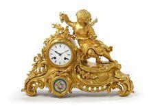 Pendule de table en bronze doré formé d'un tertre sur lequel se