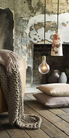 Ruwe materialen die autheniticiteit uitstralen met mooie spullen voor de finishing touch.