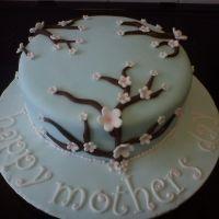 Tarta para el día de la Madre con cubierta en fondant azul y decorada con ramas y flores, Base con mensaje