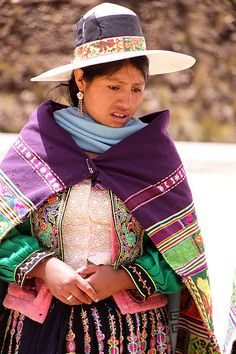 Quechua woman near Cochabamba, Bolivia, wearing a lliklla. In the Quechua-speaking community of Chinchero, men and women wear distinctive garments that identifies them by gender and their community.