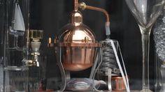 >95% matières naturelles Pour l'ESPC, la haute parfumerie s'inscrit dans la continuité de la parfumerie naturelle avec la possibilité d'utiliser des molécules de synthèse existant à l'état naturel. L'utilisation de molécules de synthèse identique nature permet au parfumeur d'étendre considérablement sa palette tout en répondant aux attendes de bien-être. Coffee Maker, Kitchen Appliances, Palette, Nature, Crystal, Drinkware, Kitchens, Coffee Maker Machine, Diy Kitchen Appliances