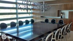 Modernas lámparas araña presiden una sala ideal para grandes momentos en colectividad.